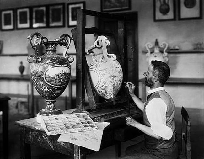 Decoratore impegnato nella decorazione porcellana di Doccia