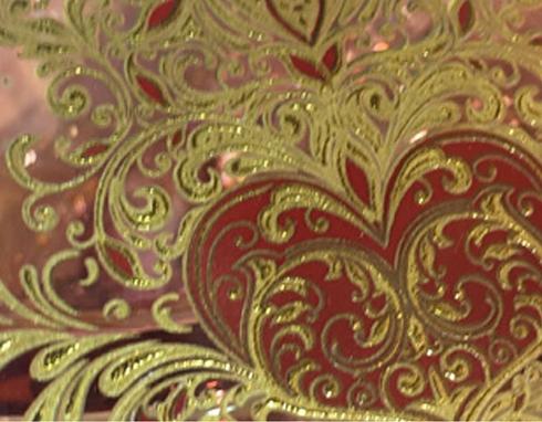 Finta incisione su vetro rosso e oro realizzata con applicazione decalcomanie