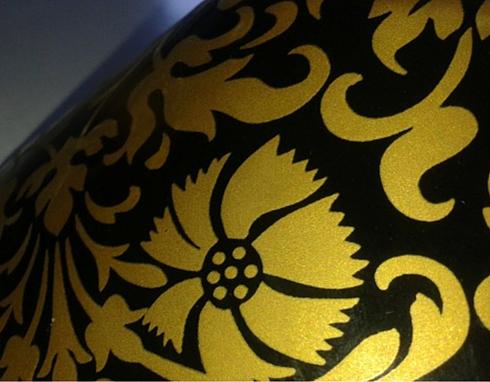Dettaglio di vaso con decalcomania in oro applicata a freddo