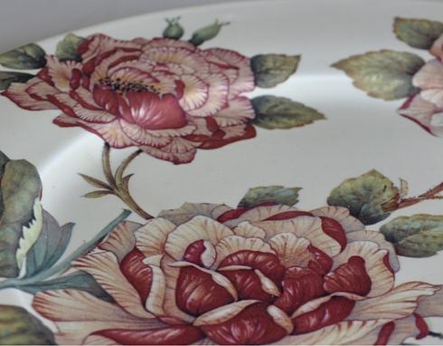 Dettaglio di decalcomania con decoro floreale di rose su piatto in ceramica
