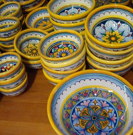 Decalcomanie in stile terracotta toscana stampate su ciotole in ceramica